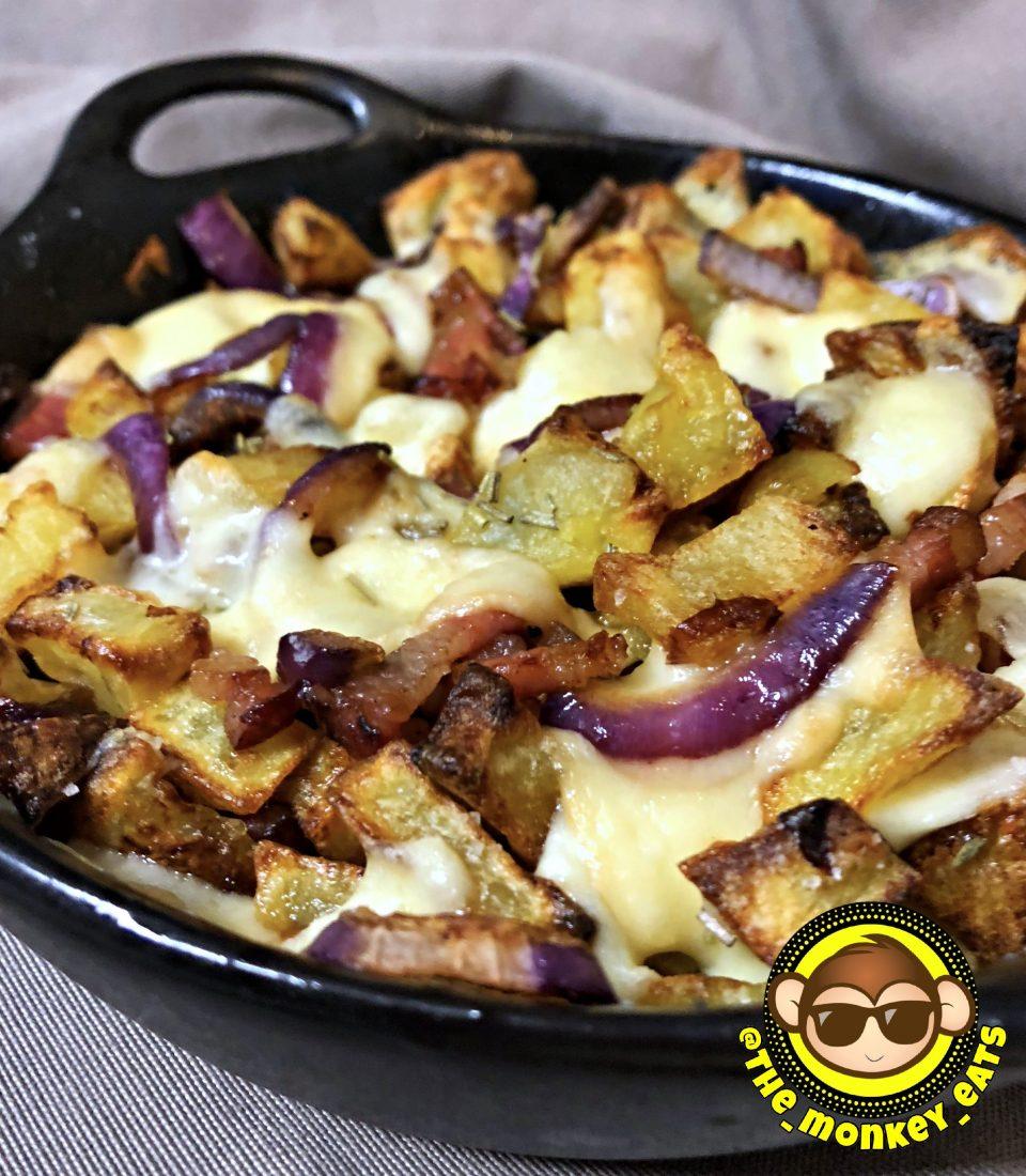 Patate al forno, pancetta, scamorza affumicata e cipolla