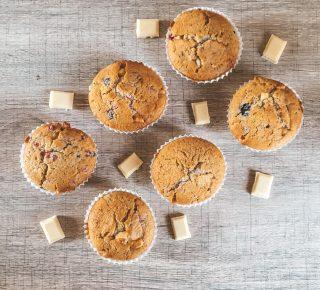 Muffin con frutti di bosco, cocco e cioccolato bianco