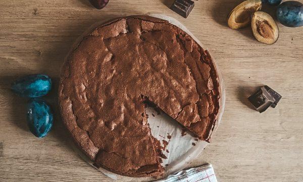 Torta al cioccolato con prugne al vino rosso
