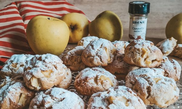 Biscotti morbidi con mele e cannella