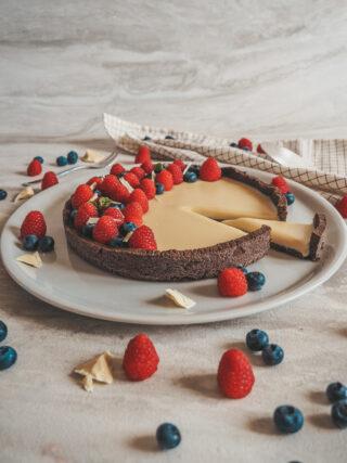 crostata al cacao con ganache al cioccolato bianco e frutti di bosco