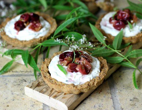 Crostatine salate mandorle  formaggio di capra e uva