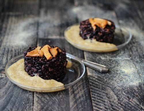 Tortini al riso nero e finferli su polentina