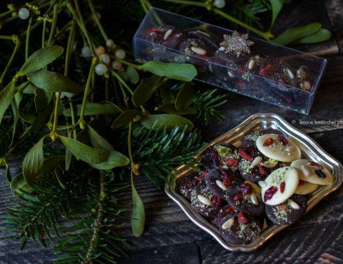 Mendiants medaglioni di cioccolato e frutta secca