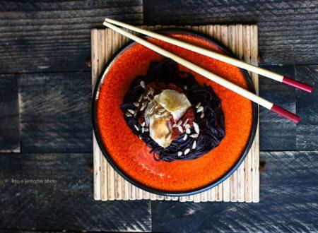 Soba di riso nero con chips di topinambur
