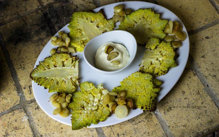 Broccolo romano al forno con maionese veg