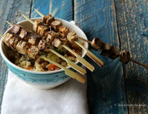 Cous cous di riso con spiedini di tofu marinato