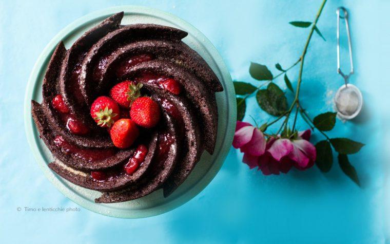 Torta al cioccolato con fragole senza burro e uova