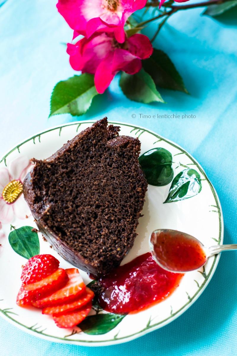 Torta al cioccolato con fragole senza burro e uova 3