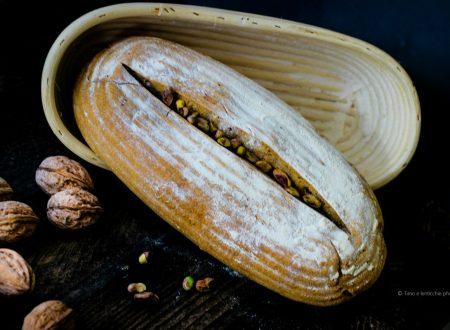 Pane integrale con noci e pistacchi
