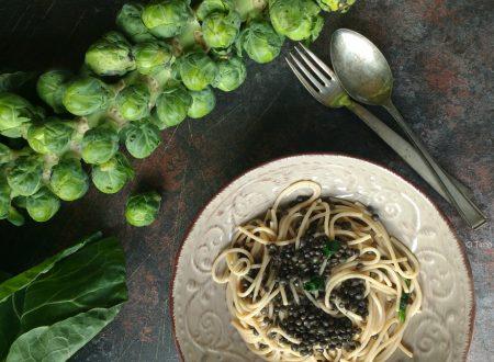 Spaghetti di farro e lenticchie beluga e cavolini di Bruxelles