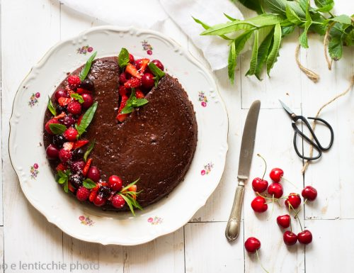Torta all'acqua cacao e frutti rossi