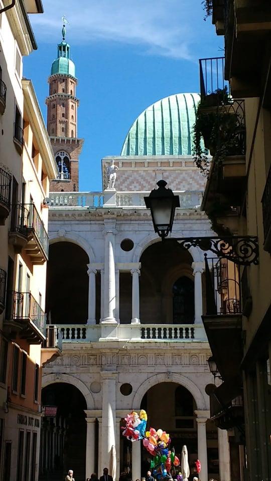Questa immagine ha l'attributo alt vuoto; il nome del file è vicenza-basilica-palladiana.jpg