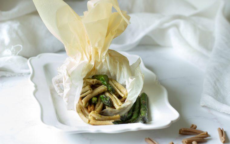 Strozzapreti 700 grani con asparagi – al cartoccio