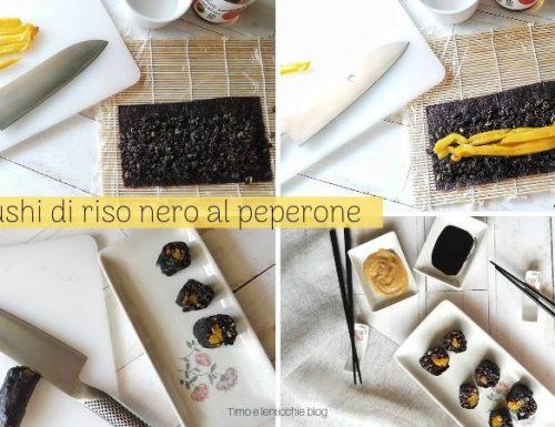 Norimaki maki sushi di riso nero al peperone