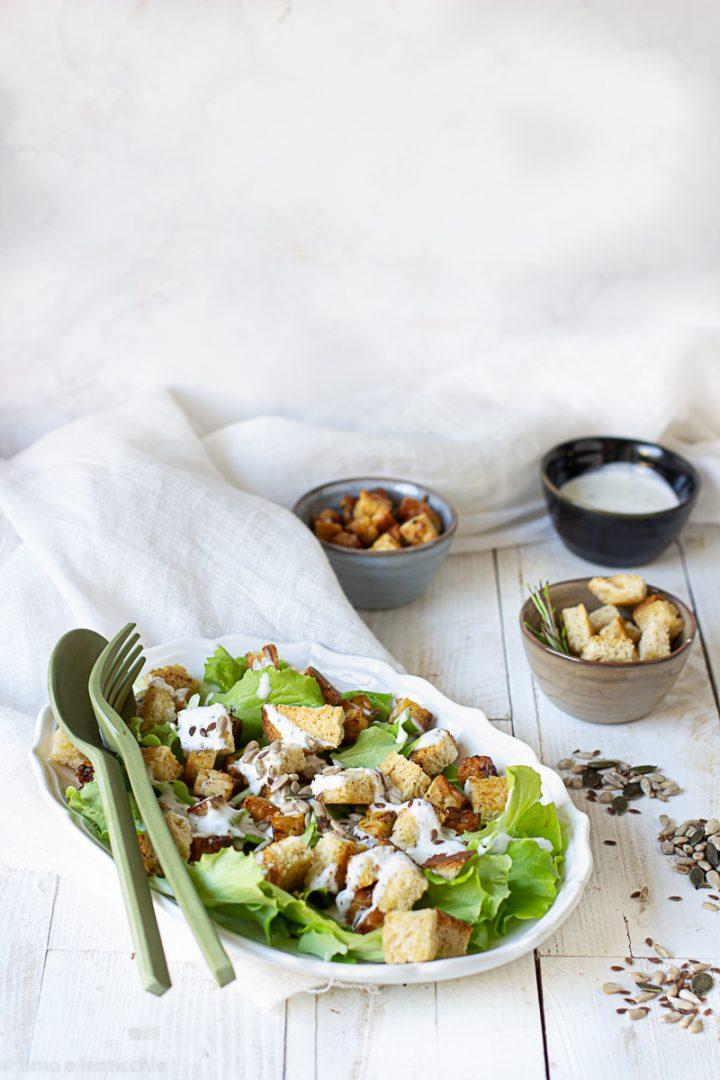 Caesar salad con tempeh