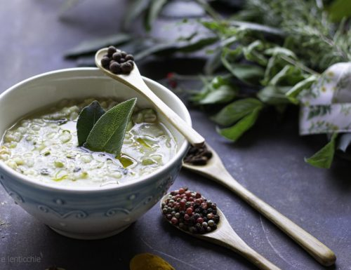 Zuppa d'orzo e zucchine all'alloro