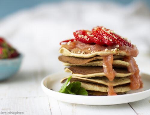 Pancakes con burro di mela e fragole