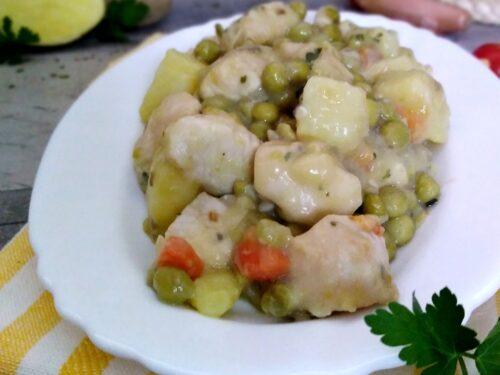 Spezzatino di pollo con piselli e patate