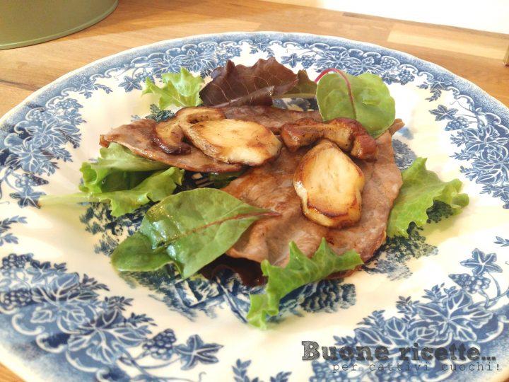 tagliata di manzo con porcini a fette e insalata