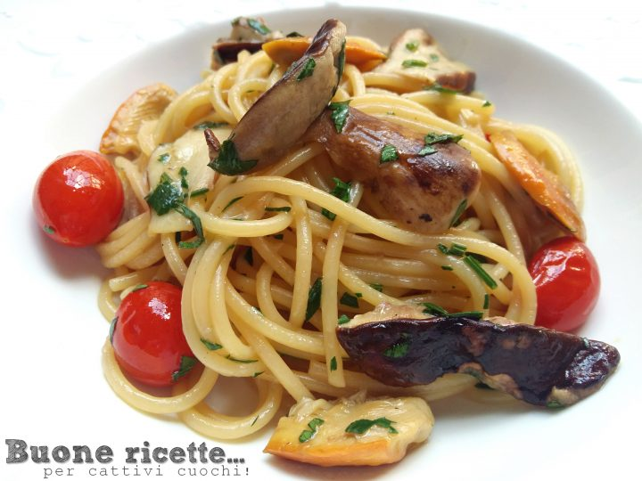 Spaghetti porcini e ovoli con prezzemolo e pomodorini