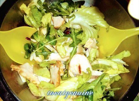 Salad with sliced chicken breast * Insalata con tagliata di petto di pollo