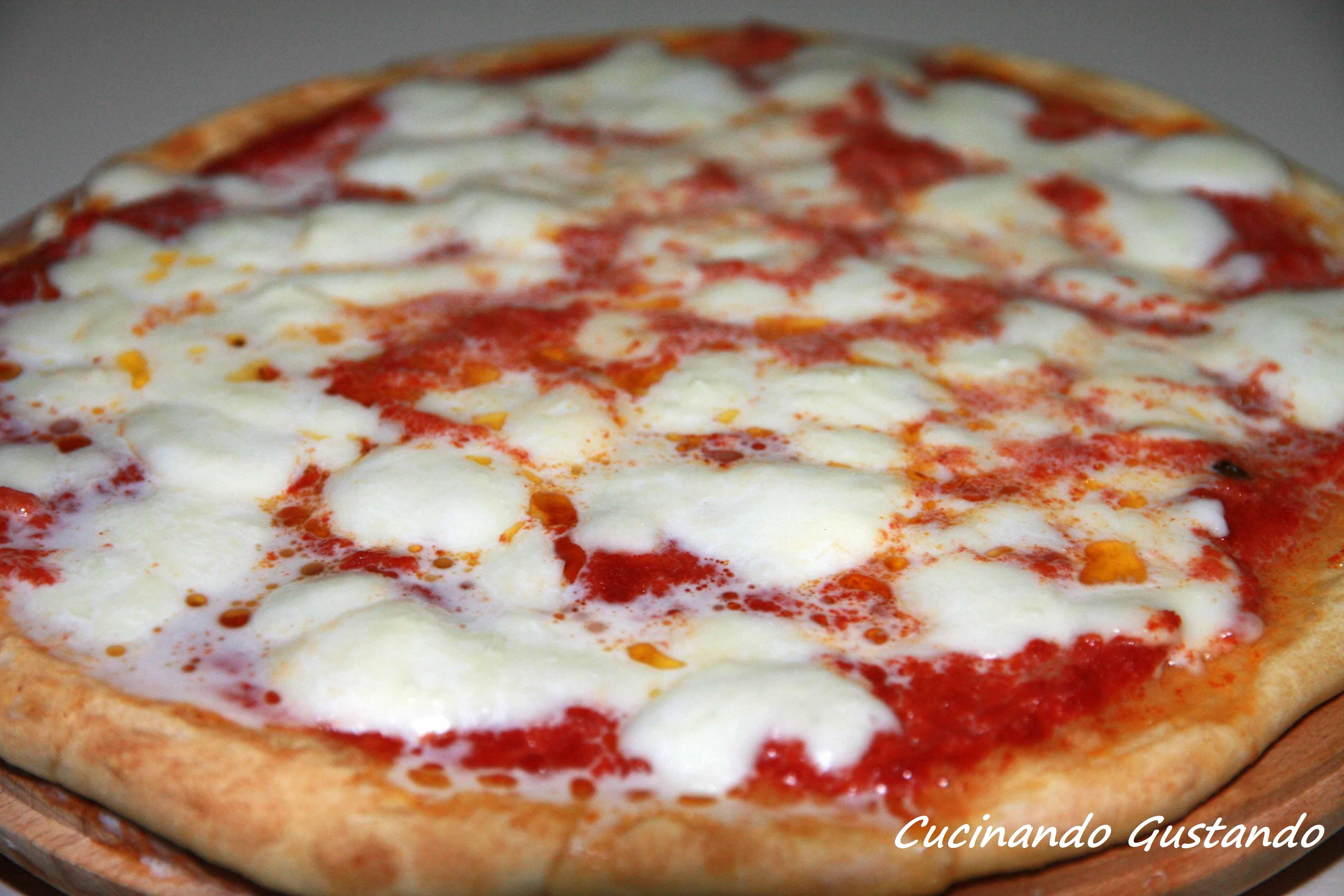 Ricetta pizza fatta in casa semplice e morbida for Pizza in casa