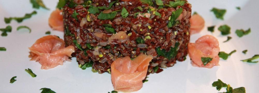 Riso rosso al pesto di pistacchio e salmone affumicato