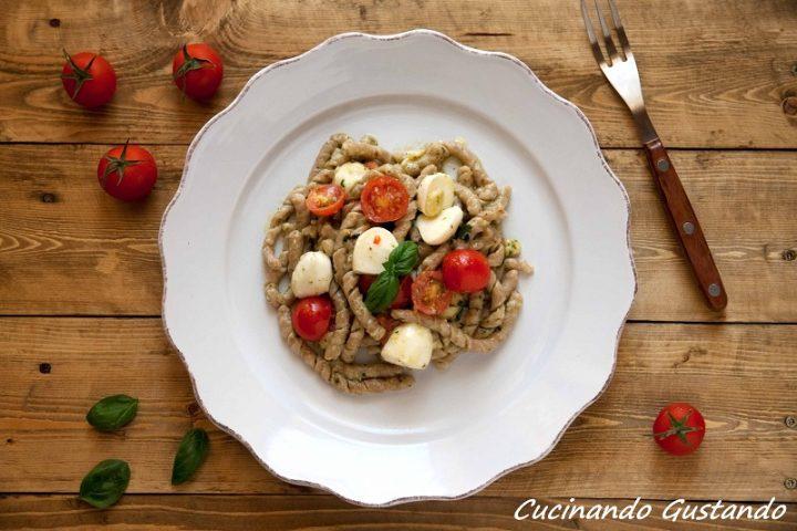 Busiate integrali pesto mozzarella e pomodorini