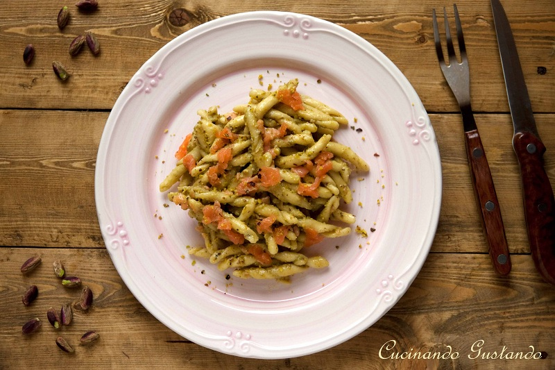 Pasta pesto di pistacchio e salmone affumicato ricetta cremosa for Ricette primi piatti originali