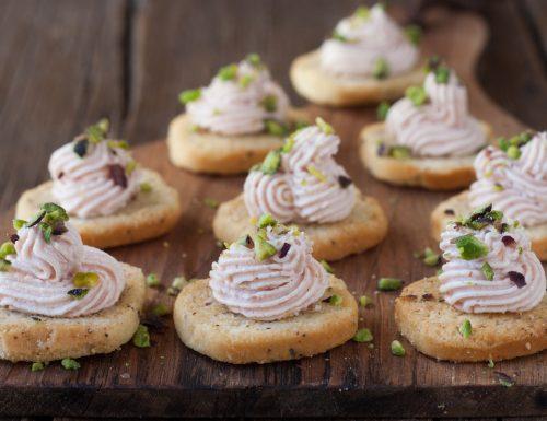 Crostini di mortadella caprino e pistacchio