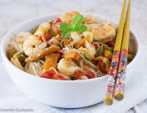 Spaghetti di riso gamberetti e verdure