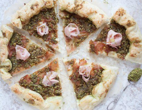 Torta salata con pesto di pistacchio e mortadella