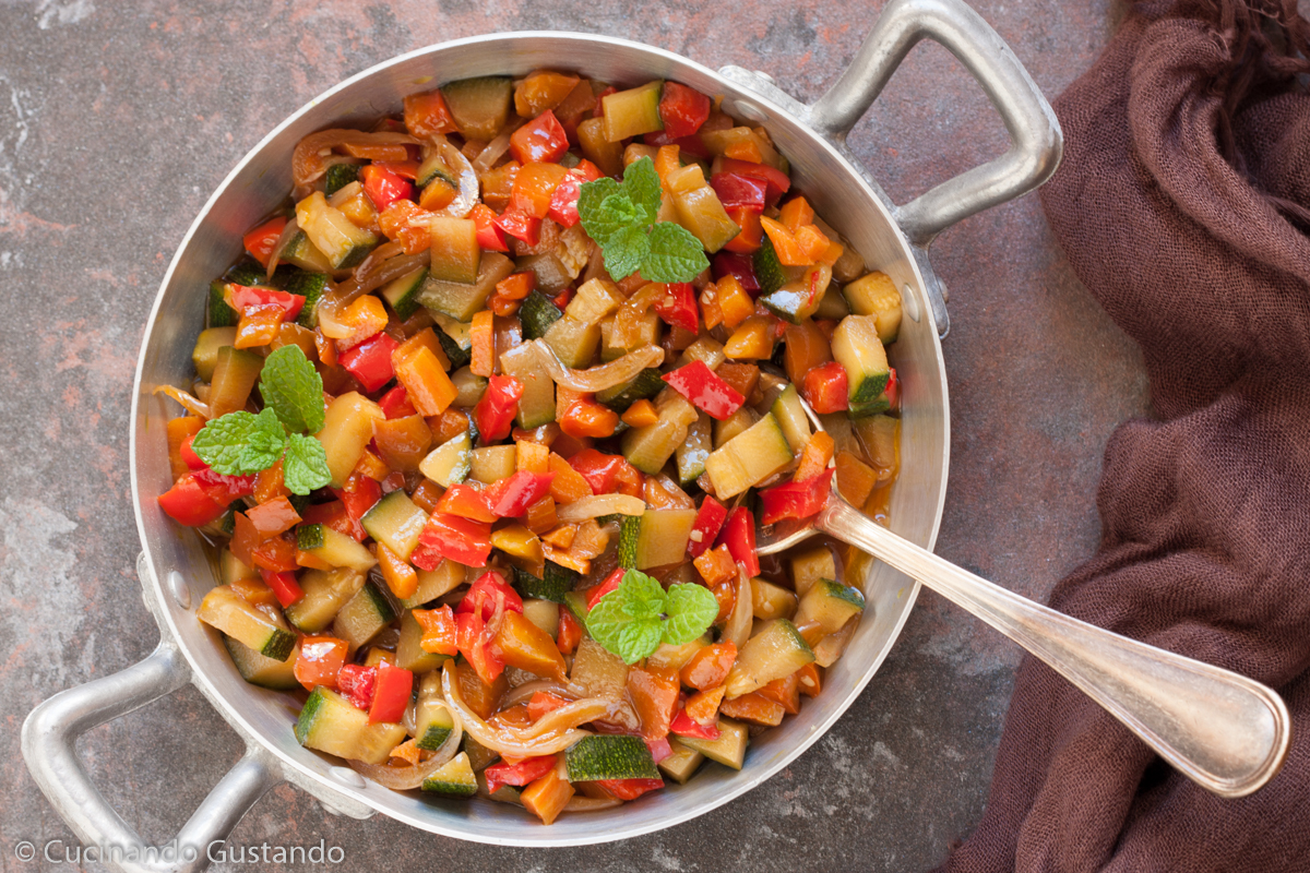 Verdure in salsa di soia cotte in padella