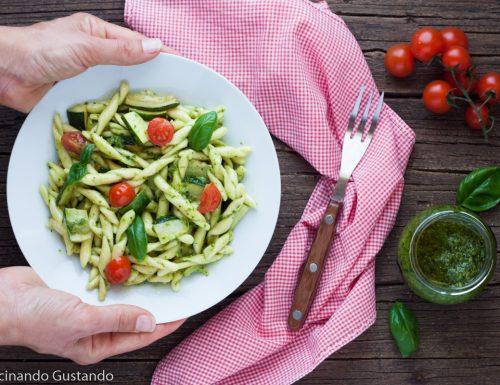 Pasta con zucchine pesto e pomodorini