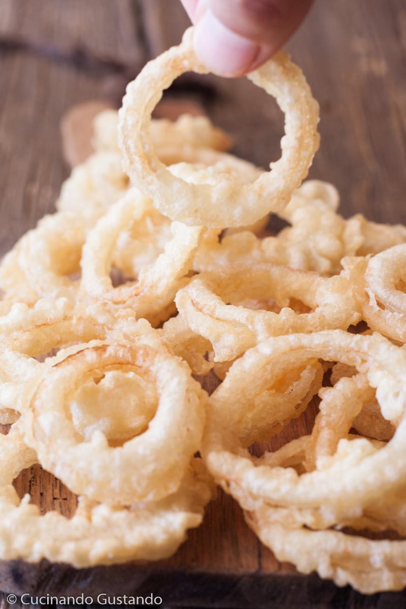 Anelli di cipolla fritti in pastella