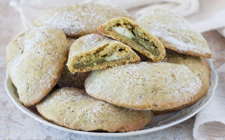 Biscotti di frolla al pistacchio ripieni di ricotta