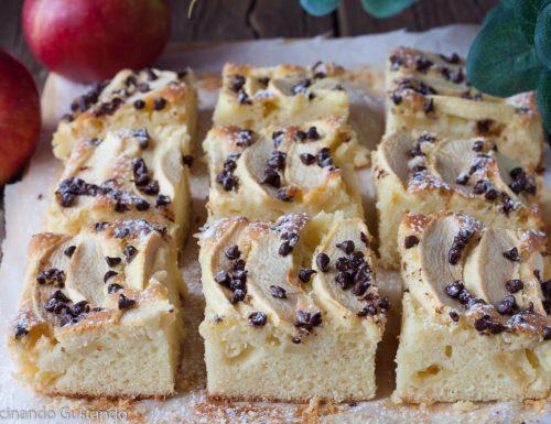 Quadrotti di mele e gocce di cioccolato
