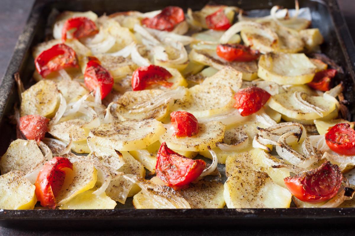 Patate al forno con cipolla e pomodori