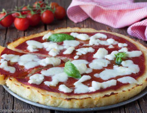 Pizza con base di patate al formaggio e pomodoro