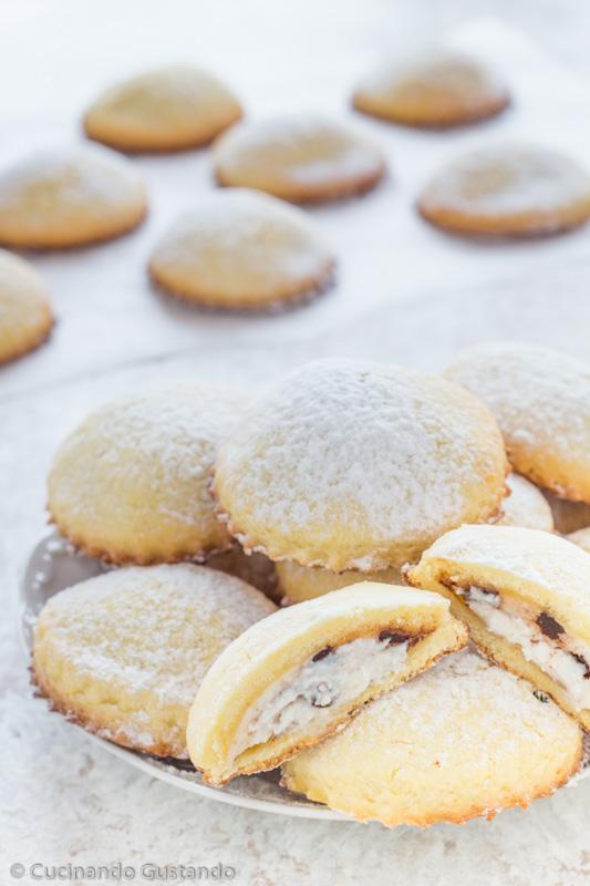 Biscotti ripieni di ricotta e cioccolato