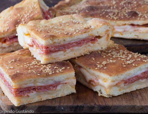 Focaccia ripiena di salame e formaggio