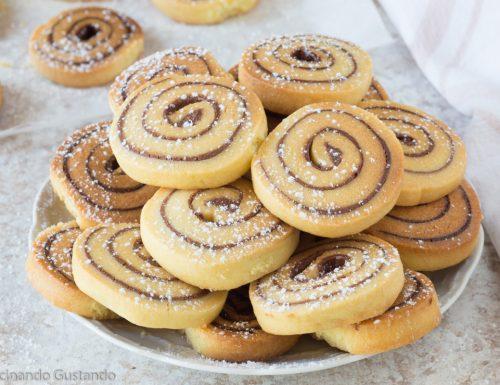 Biscotti girelle di pasta frolla alla nutella