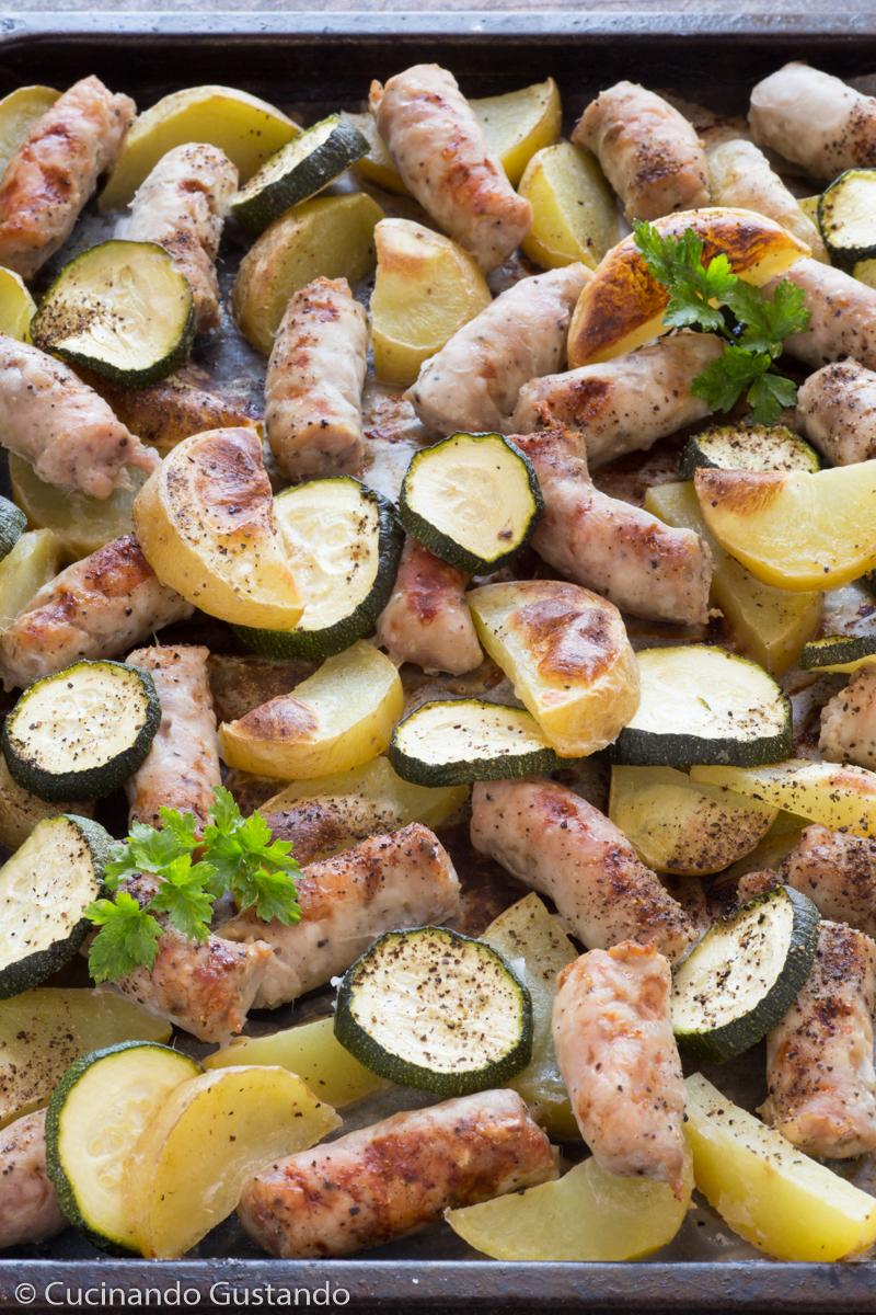 Salsiccia patate e zucchine al forno