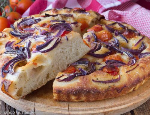 Focaccia pugliese pomodorini e cipolla