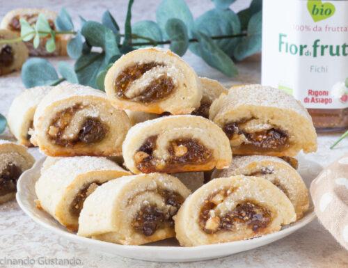Biscotti ripieni di confettura di fichi noci e cioccolato