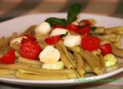 Pasta al pesto con pomodorini e mozzarella
