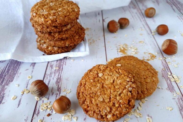 Biscotti con fiocchi d'avena e frutta secca