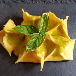 Fagottini di fiori di zucca e salsa di datterino giallo
