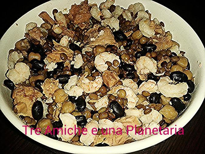 insalata di legumi misti con tonno e gamberi